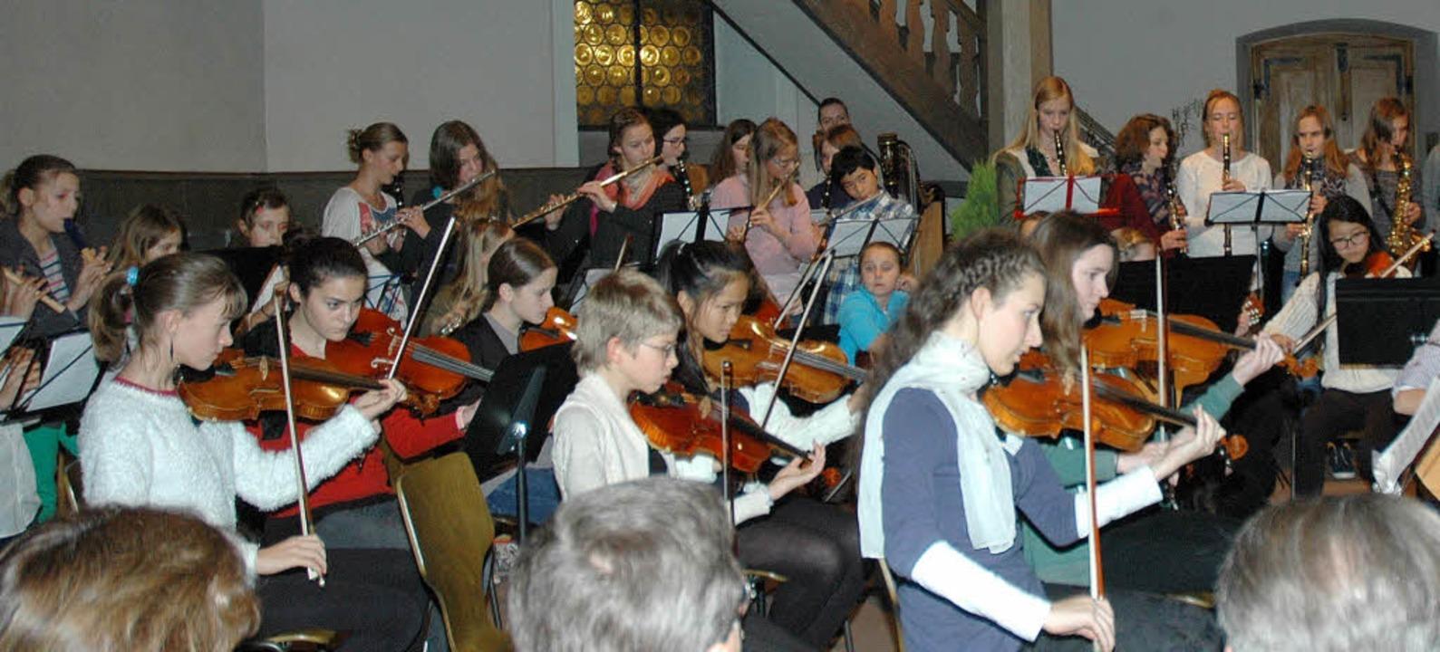 In großer Besetzung erklangen zum Absc...chen Konzerts einige Weihnachtslieder.  | Foto: OUNAS