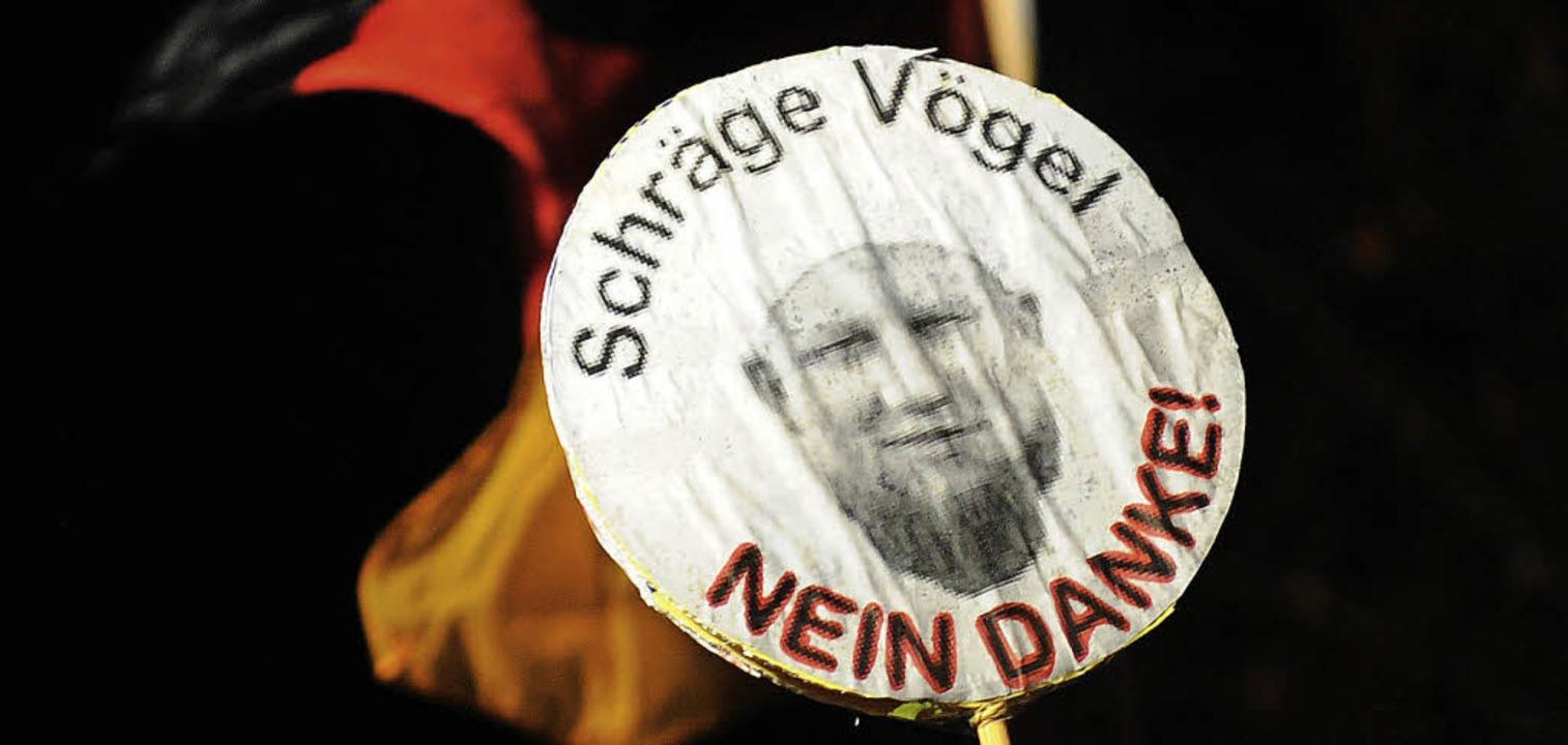 In Düsseldorf protestiert ein Teilnehm...  gegen den Islamisten Pierre Vogel.    | Foto: DPA
