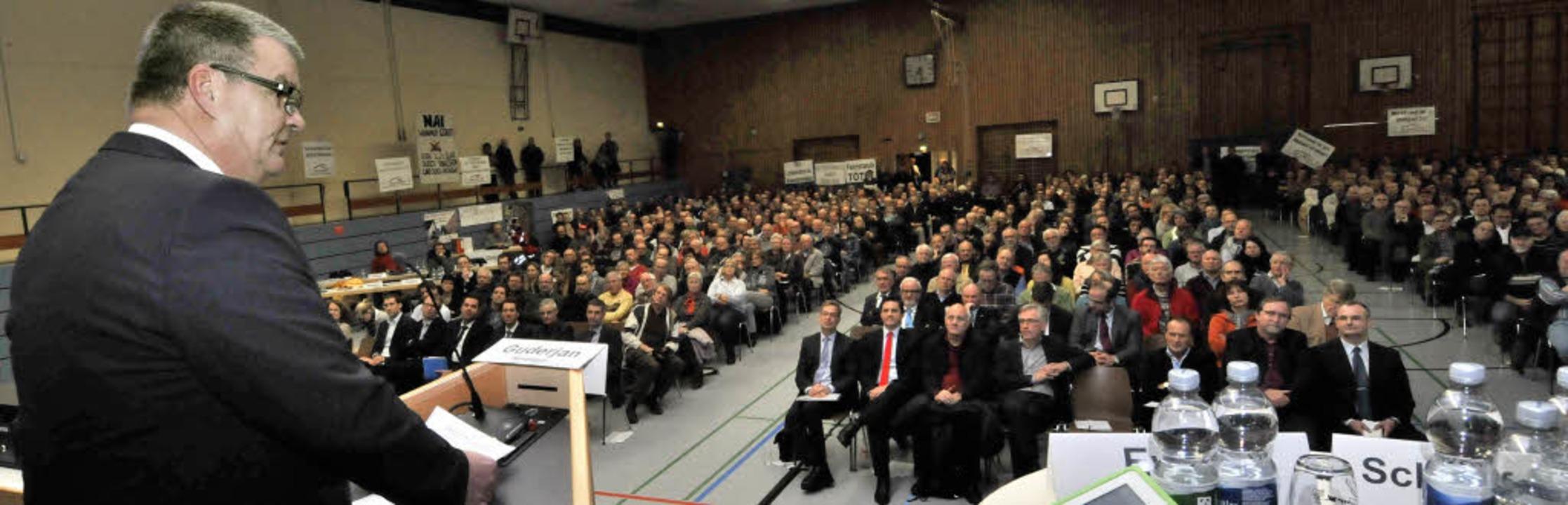 Kenzingens Bürgermeister Matthias Gude...le und erhielt dafür tosenden Beifall.  | Foto: Siegfried Gollrad