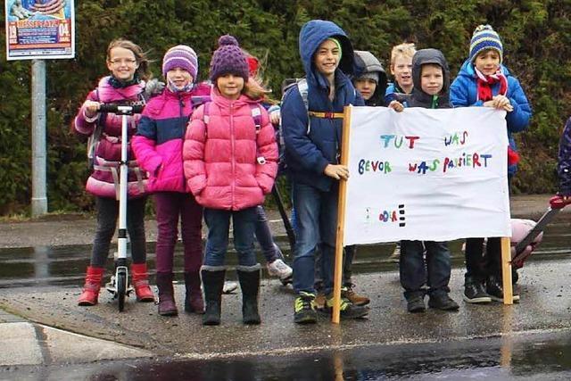 Kinder demonstrieren für ihre Sicherheit