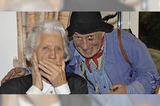 Die Älteste spielt die Mundharmonika