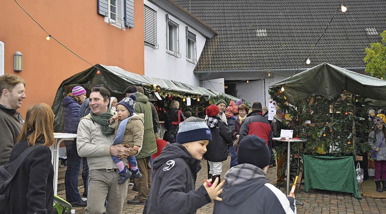 Familiäre Stimmung und dörfliche Atmos...nheimer Weihnachtsmarkt im Rathaushof.  | Foto: julius steckmeister