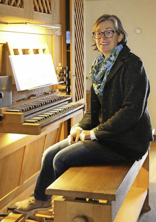 Monika Gnann, Organistin in der Pfarrk...Grunern, am Spieltisch der neuen Orgel  | Foto: Hans Jürgen Kugler