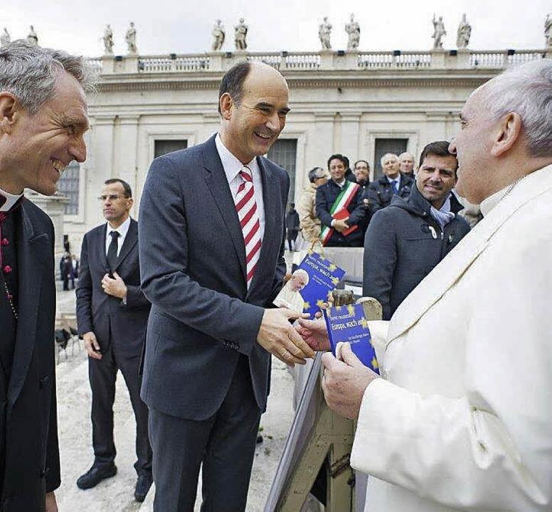 Manuel Herder mit Papst Franziskus und Monsignore Georg Gänswein  | Foto: privat