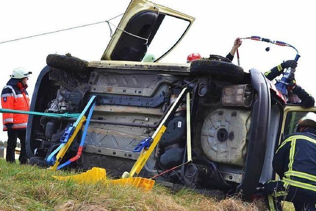 Schleuderunfall auf Glatteis - Pkw überschlägt sich - Fahrerin eingeklemmt