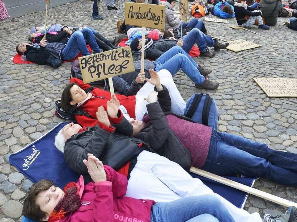 Dass die Arbeitsbedingungen in der Pfl... machten die  Demonstranten  deutlich.  | Foto: Michael Bamberger
