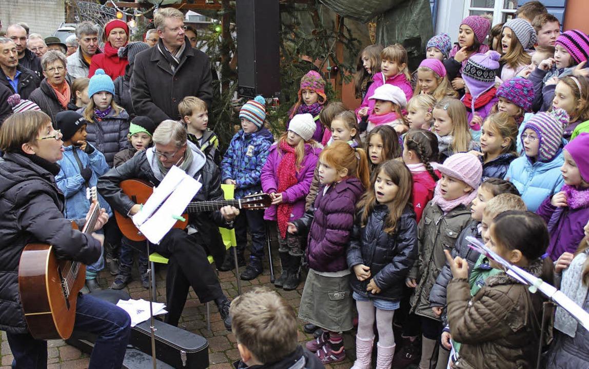 Der Grundschulchor und Bürgermeister C... anderem Schmuck bei Michaela Gerber.   | Foto: Mario Schöneberg