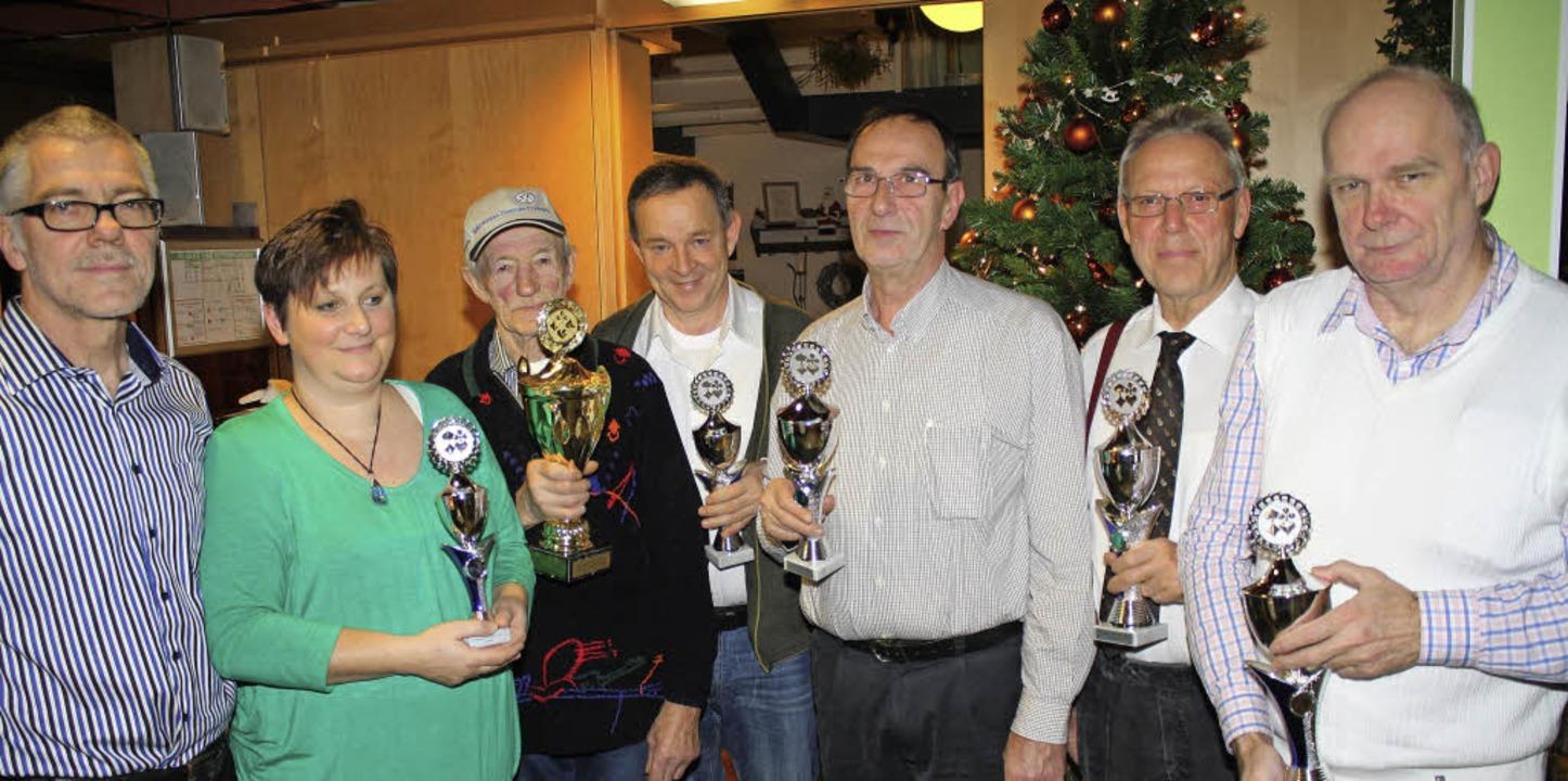 Jürgen Schur (von rechts) heißt der ne...fehlt die Stadtmeisterin Irene Schulz.    Foto: Werner Schnabl