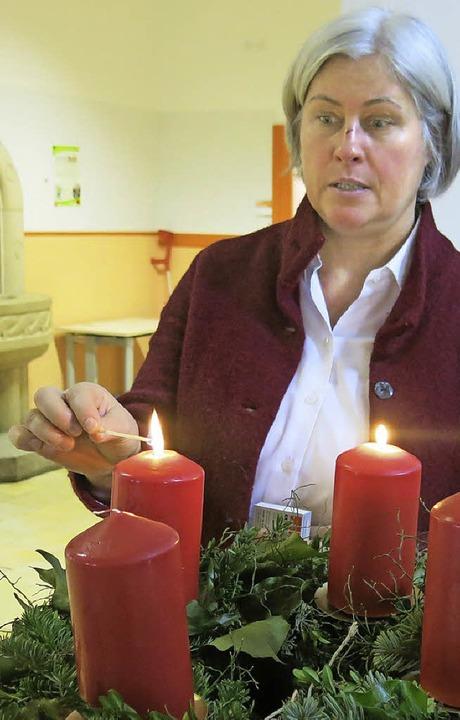 Vorfreude aufs Fest: Rektorin Birgitta...det die  Kerzen ihres Adventskranzes.     Foto: emo