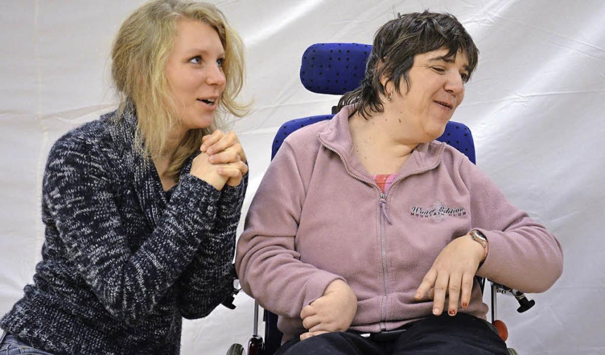 Menschen mit und ohne Behinderung spielen gemeinsam Theater.     Foto: wik