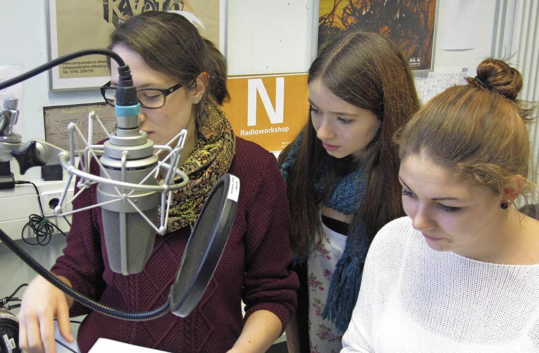"Die Klasse zehn auf Spanisch ""on...g. Rechts Moderatorin Laura Lindner.      Foto: Heimschule"