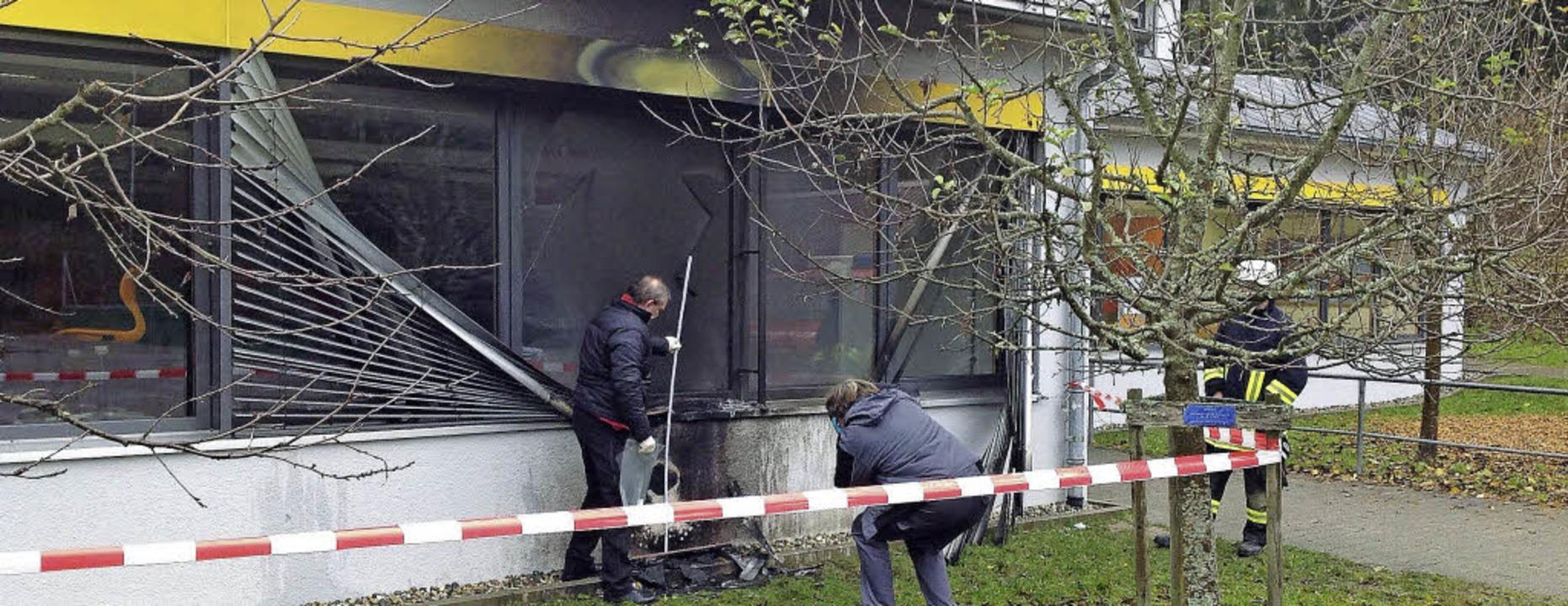 Die durch Feuer beschädigte Fensterfront der Buchenbrand-Grundschule in Schönau     Foto: ZVG