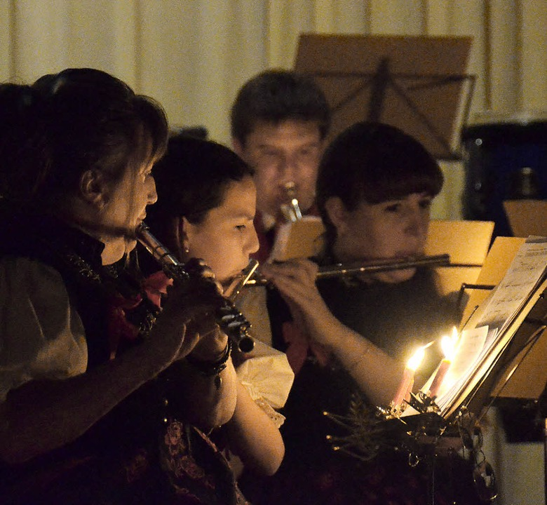 Im Kerzenschein saßen die Musiker des ...r Eröffnung ihres Weihnachtskonzertes.  | Foto: Sebastian Barthmes