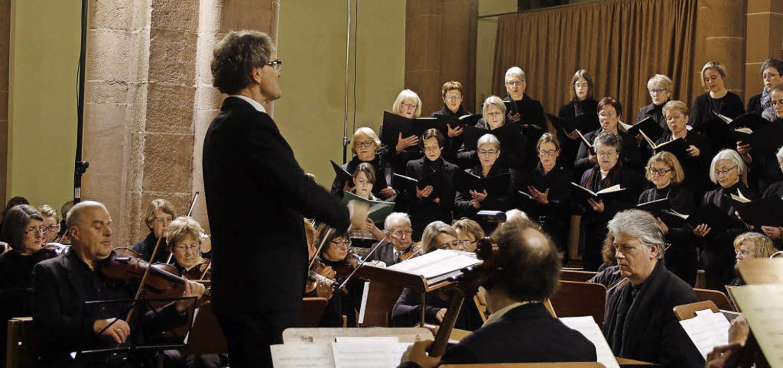 Die Kantorei der Stiftskirche, das Con...tskonzert in der Lahrer Stiftskirche.     Foto: Heidi Fößel