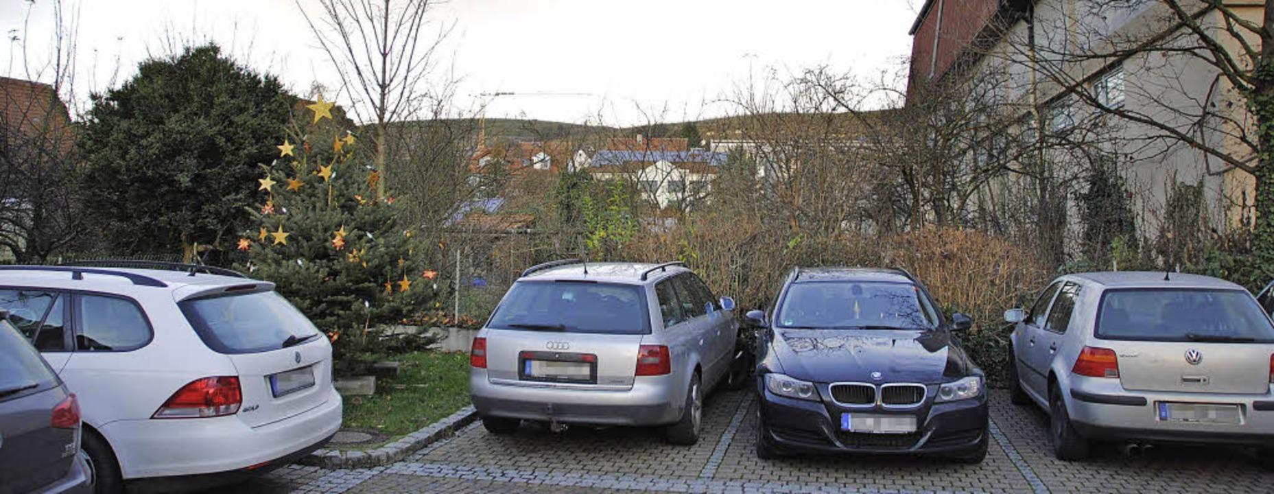 Der Parkplatz beim Bötzinger Rathaus s...ach hinten baulich erweitern können.    | Foto: manfred frietsch