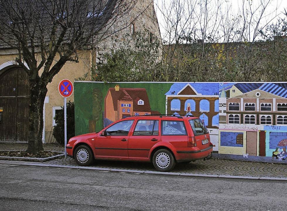Am linken Rand des von einem Bauzaun u...ein Fußweg zum Rathaus geführt werden.  | Foto: Manfred Frietsch