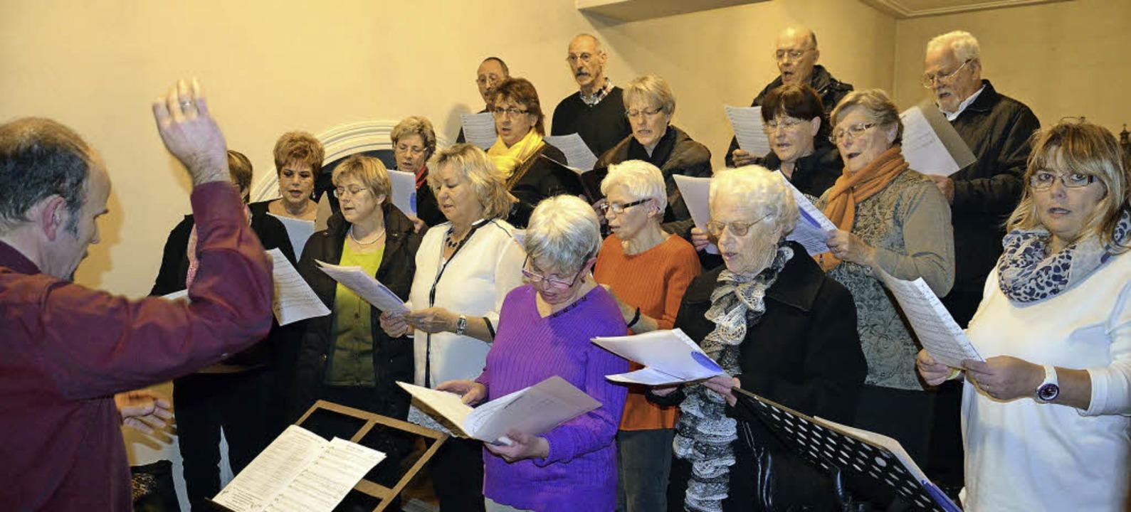 Das besinnliche Adventssingen in der I...ikverein und dem Kirchenchor umrahmt.     Foto: Marco Schopferer
