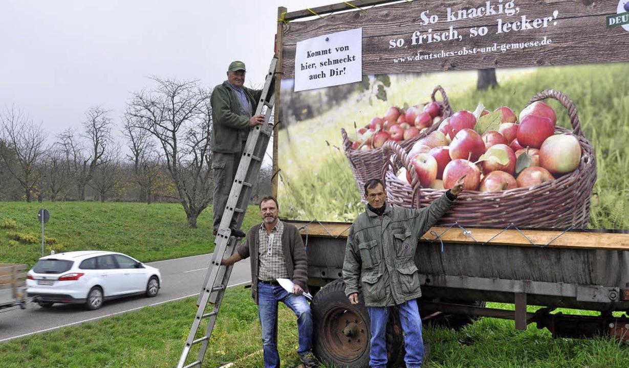 Obstbauern machen Werbung für heimische Äpfel.   | Foto: michael karle