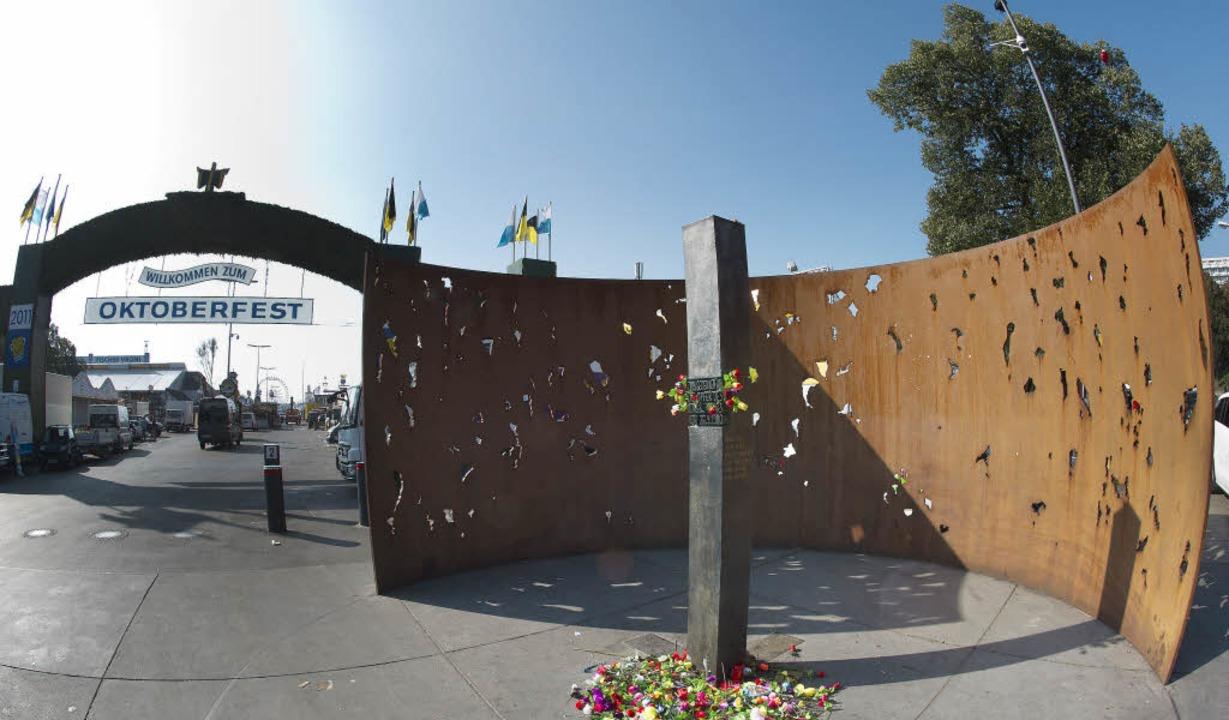 Aufklärung nach 34 Jahren? Die Gedenks...die Oktoberfestopfer in München (2011)  | Foto: dpa