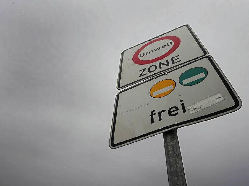 Nur noch mit grüner Umweltplakette darf man nach Freiburg hineinfahren.  | Foto: Michael Bamberger