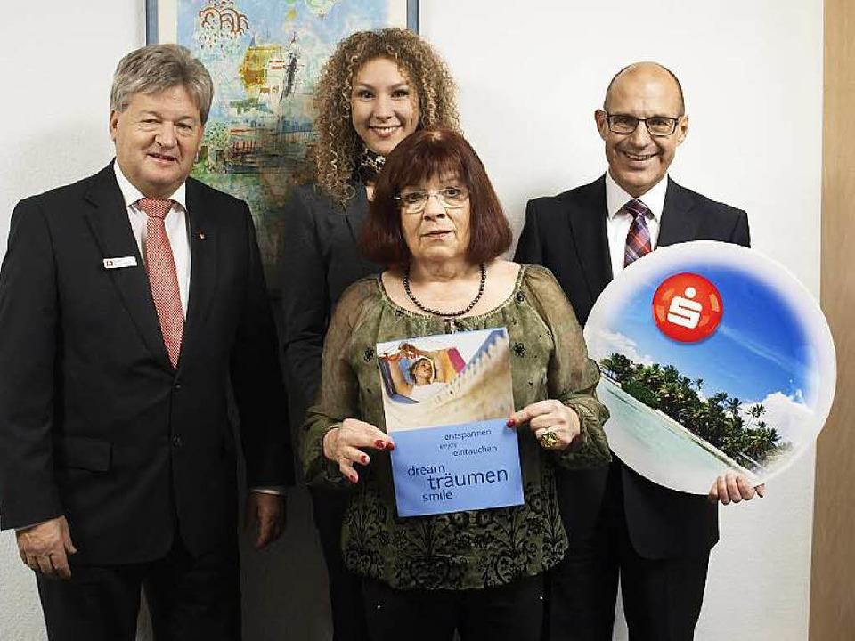 Monika Engler (vorn Mitte) hat gewonne... Greil (v.l.) übergaben ihr den Preis.  | Foto: ZVG