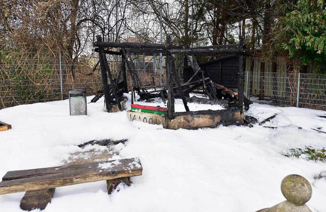 Kein Schnee, sondern Löschschaum: Die ...n der Unterwiehre übriggeblieben sind.  | Foto: Ingo Schneider
