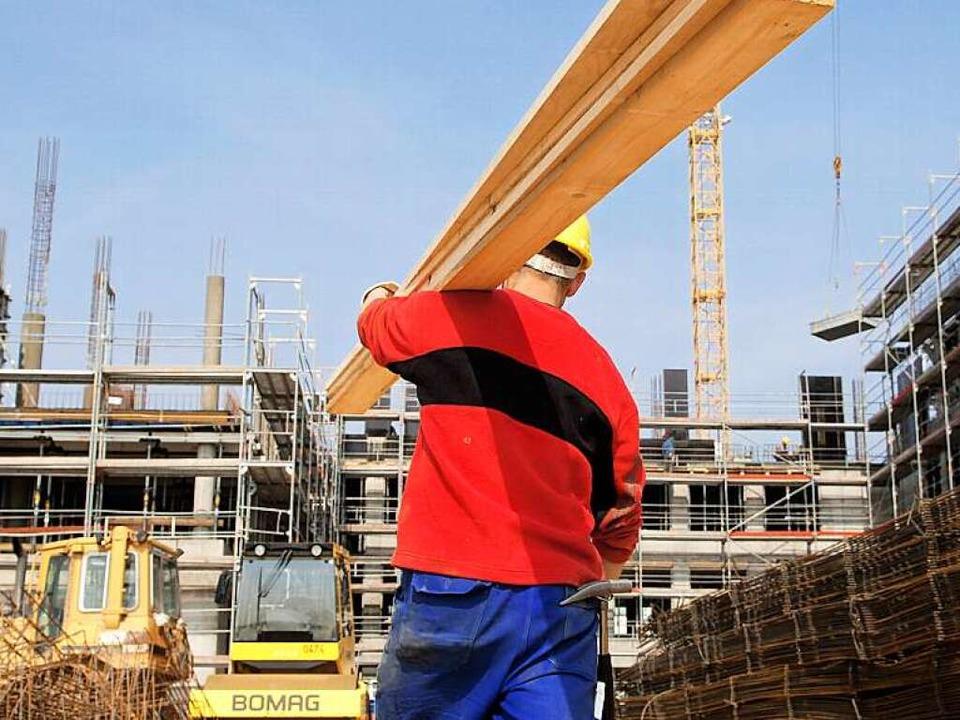 Auch auf dem Bau dürfen Flüchtlinge nicht ohne weiteres arbeiten.  | Foto: dpa