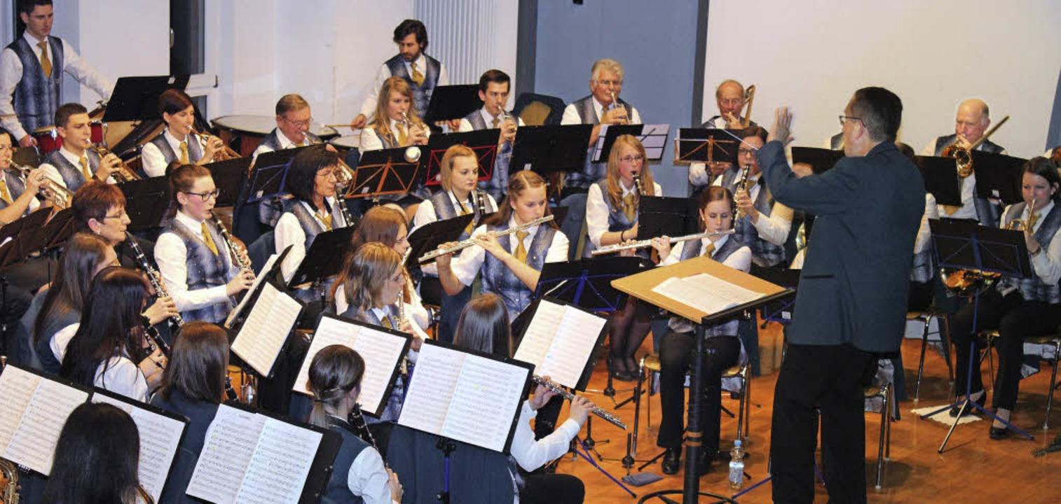 Thomas Dorer dirigierte erstmals bei einem Konzert des  Merdinger Musikvereins.     Foto: Mario Schöneberg