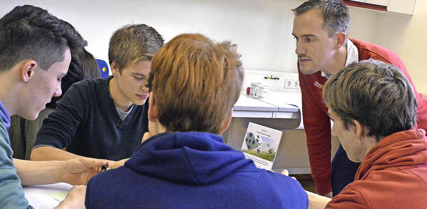 Und er würfelt doch: Patrick Bronner im Unterricht   | Foto: schule
