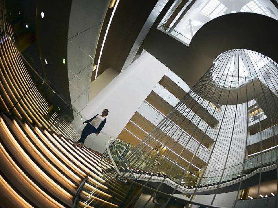 Durch das moderne Treppenhaus wirkt   ...ionalbibliothek  hell und weitläufig.   | Foto: afp