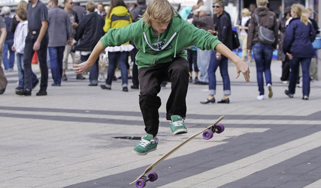 Ein Sprung mit dem Longboard   | Foto: DPA