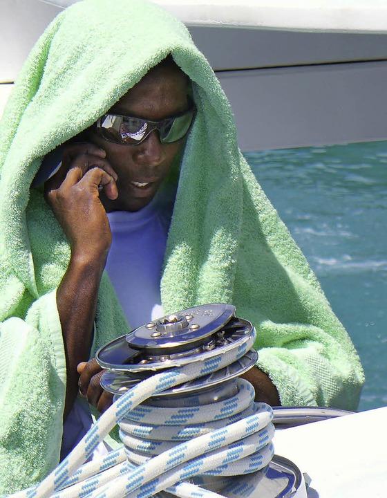 Handtuch und verspiegelte Brille gegen die Sonne: Kapitän Terance  | Foto: Stefan Zahler