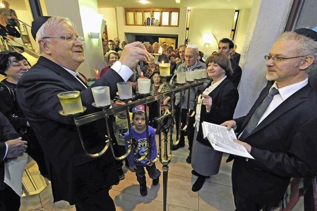 Der neue Gemeinderabbiner Mark Pavlovsky hat die erste Chanukkakerze angezündet