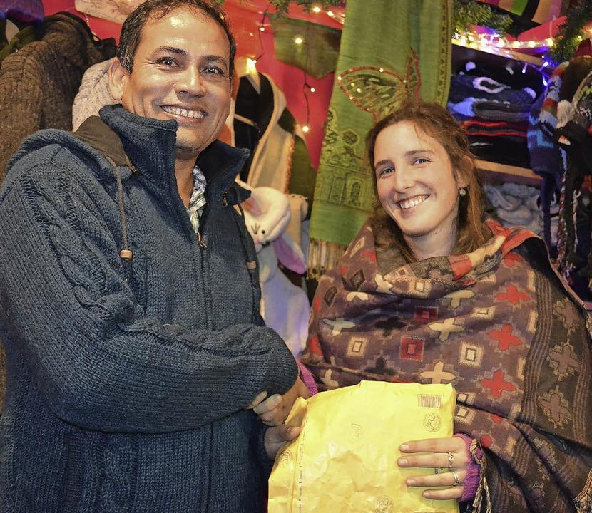Sandra Schilling übergibt die Spende  an Hari Bhandari.   | Foto: Schilling