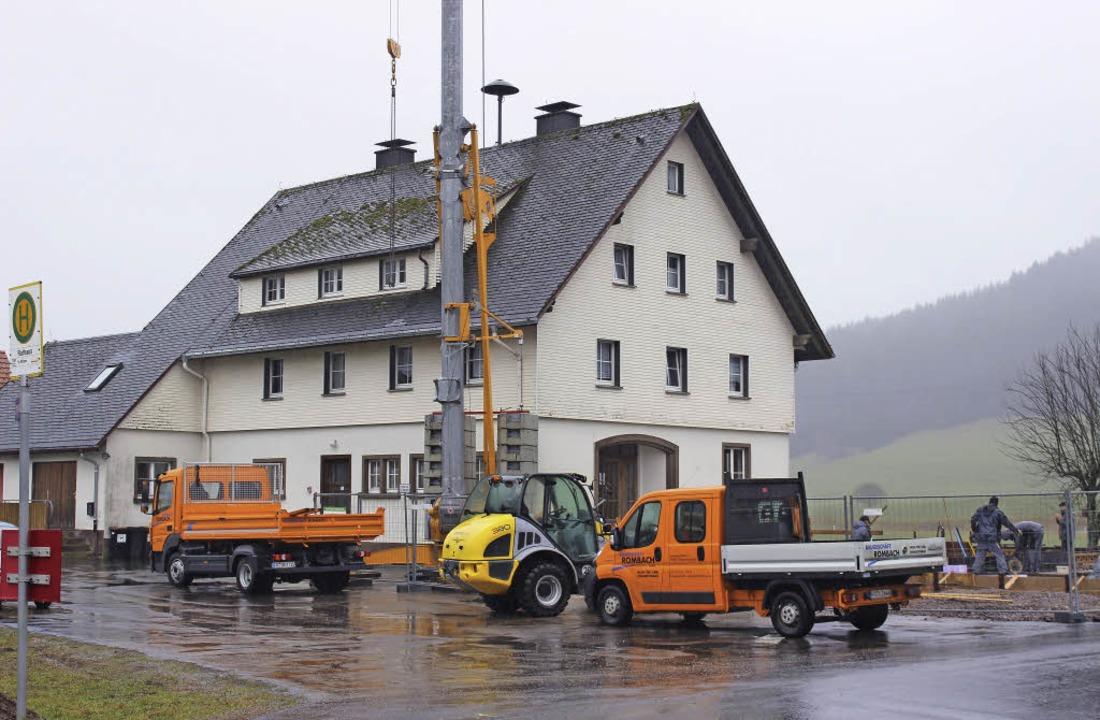 Am Feuerwehrhaus in Langenordnach wird kräftig gearbeitet.    Foto: Joachim Frommherz