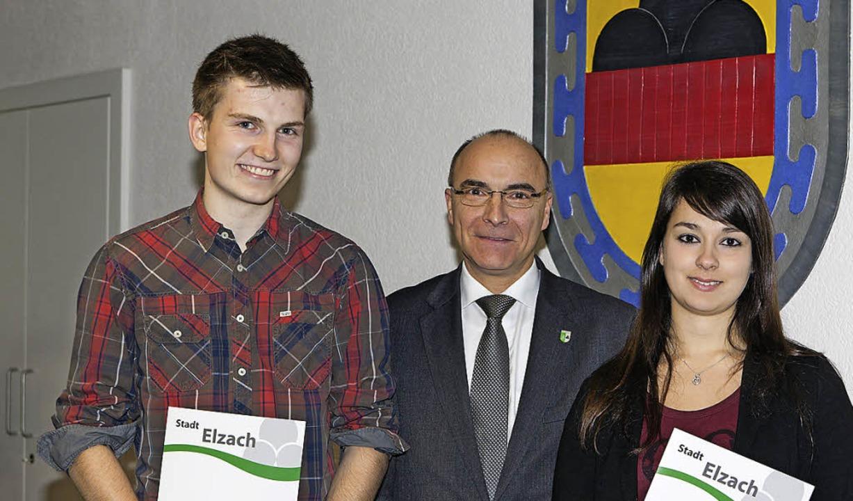 Bürgermeister Roland Tibi gratulierte ...g für ihre hervorragenden Leistungen.   | Foto: Gabriele Zahn