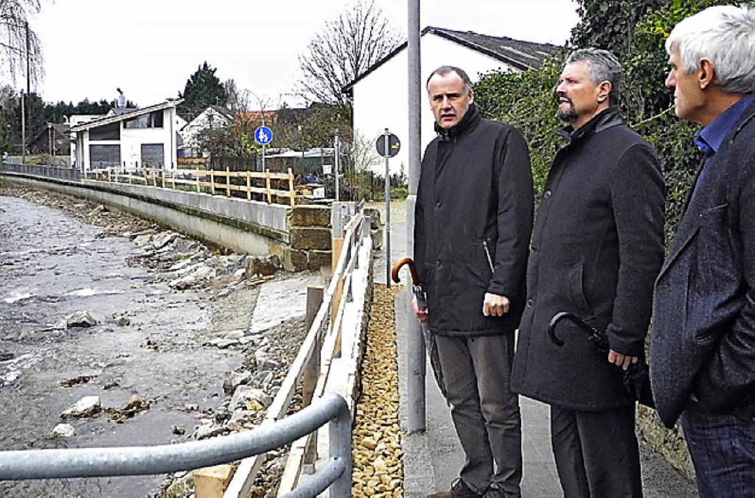 Hochwasserschutz war ein Thema beim Be...Gernot Erler (Mitte)  in Ehrenkirchen.  | Foto: Hesser