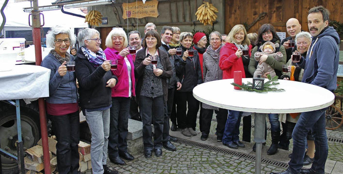 Anwohner, Helfer und Gäste genießen de...k auf dem Oberschaffhauser Dorfplatz.     Foto: mario schöneberg