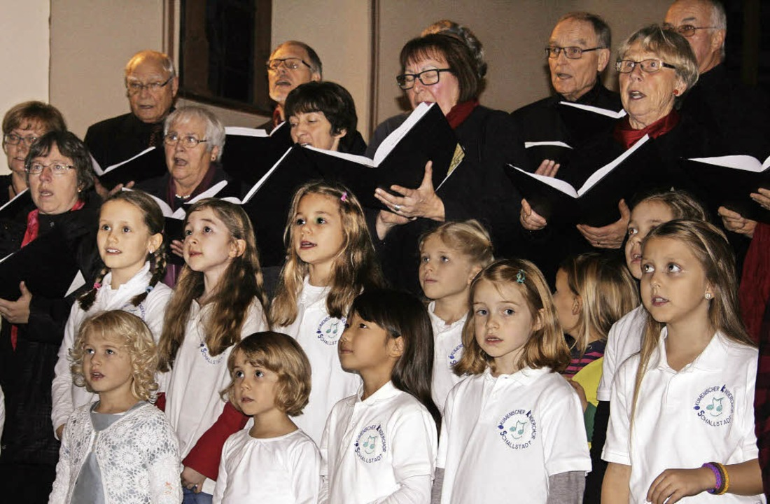 Standen gemeinsam auf der Bühne: die e...r ökumenische Kinder- und Jugendchor.   | Foto: Martina Faller