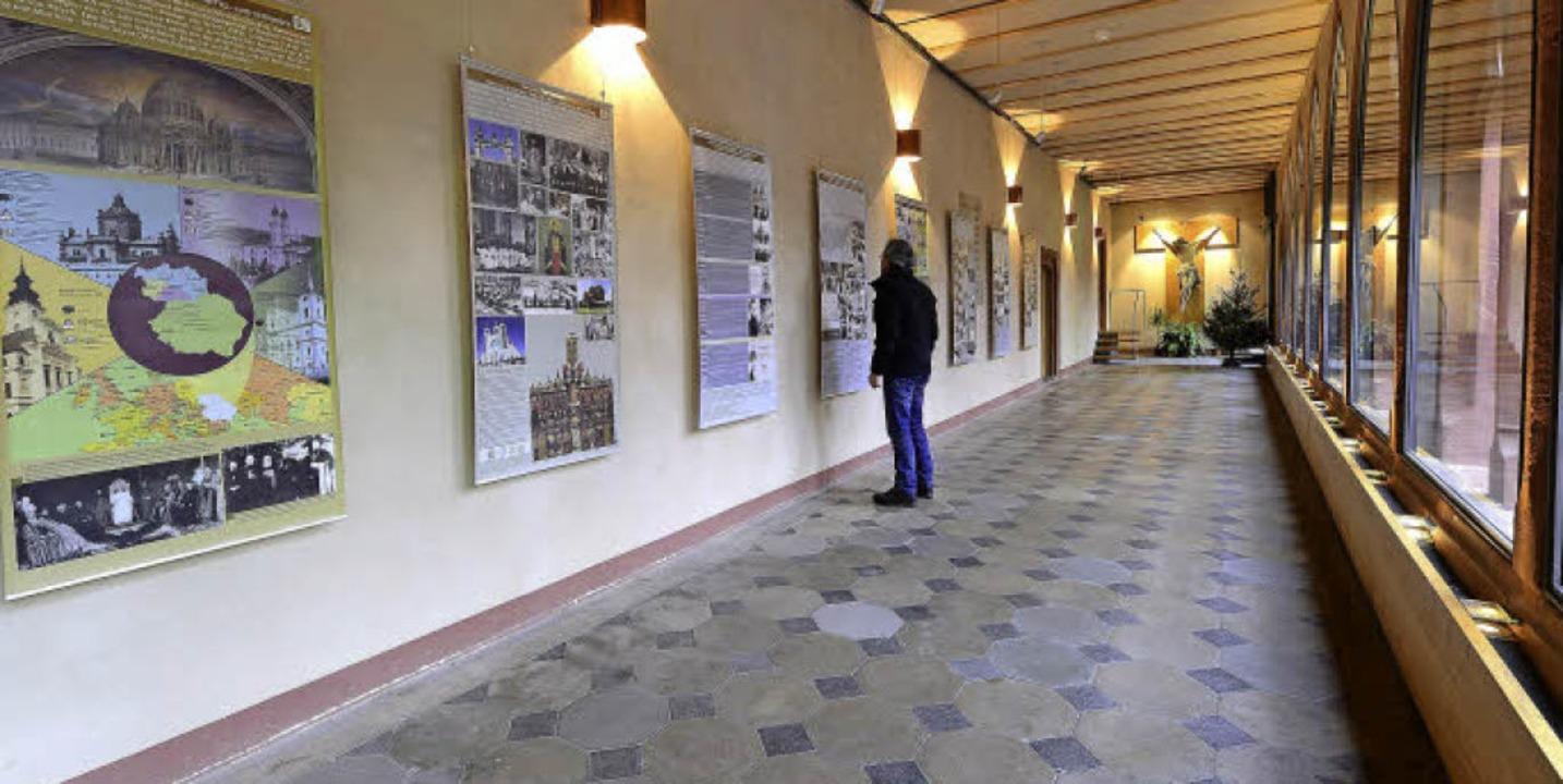 Ein interessierter Besucher studiert die Schautafeln über die Untergrundkirche.   | Foto: Ingo Schneider