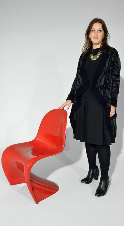 Katja Havlitschek,  Leiterin des Vitra-Museumsshops, und der Panton Chair     Foto: Fillisch