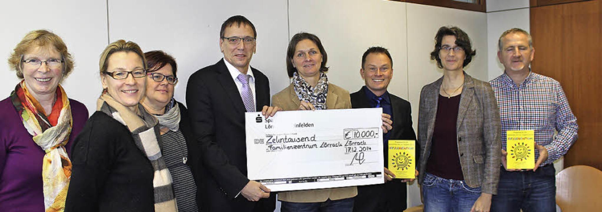 Die Sparkasse überreicht den rettenden...leith, Ina Rosenthal, Michael Gündra.   | Foto: Antje Gessner