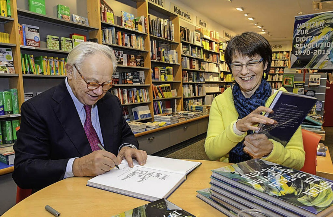 Hubert Burda signiert in der Buchhandlung von Barbara  Roth sein neues Buch.   | Foto: hubert burda media