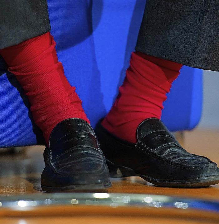 Auch mit roten Socken kann man dem Ehemann keine Freude machen.    Foto: dpa