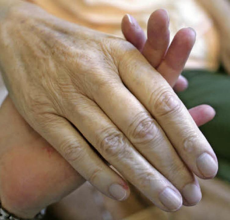 Pflege im Alter gibt es nicht umsonst,...e deutliche Erhöhung der Pflegesätze.     Foto: Symbolfoto: dpa