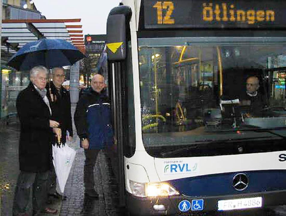Rudolf Koger, OB Wolfgang Dietz und Ax...ren mit dem 16 Uhr-Bus nach Ötlingen.   | Foto: zVg