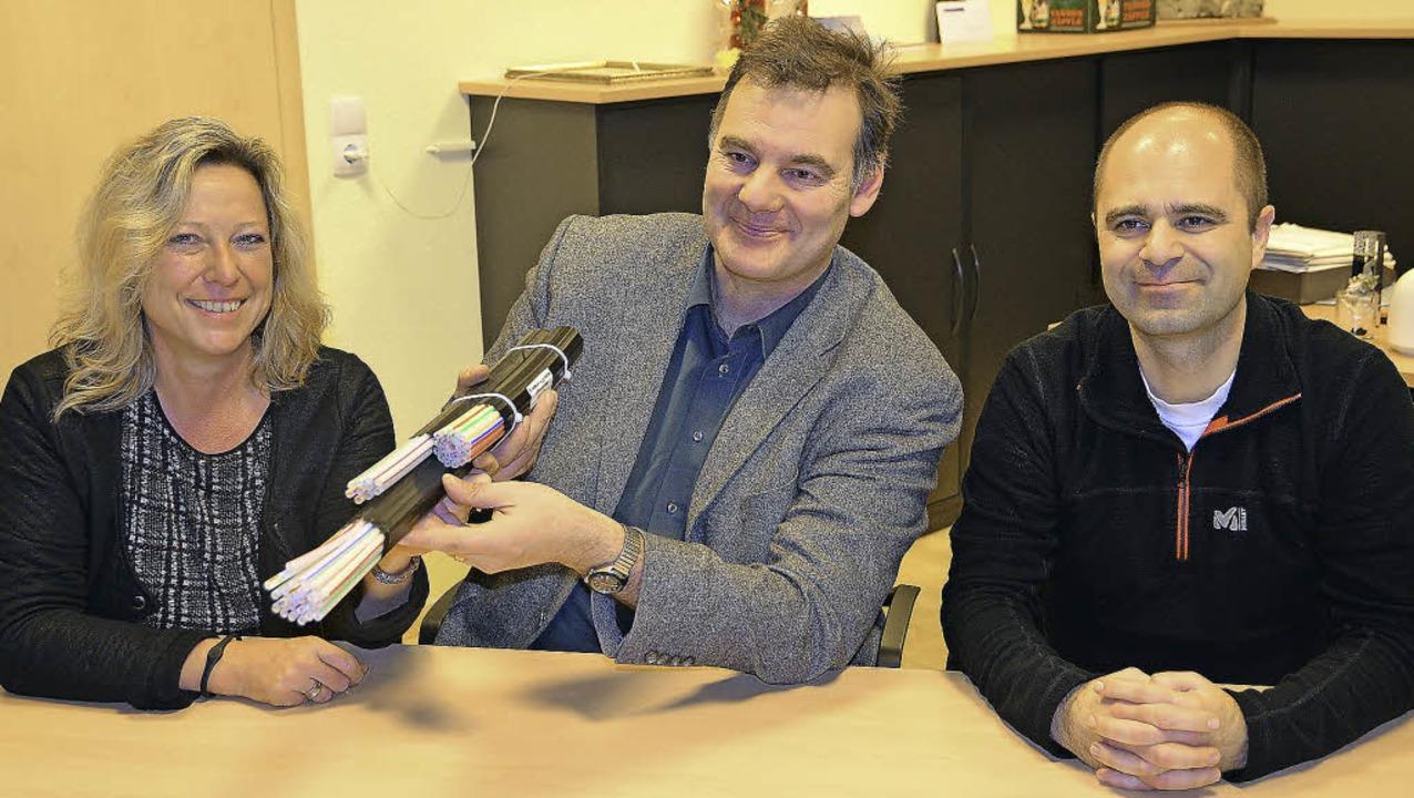 Sie setzen auf die Glasfasertechnik (v...necht, und Bauamtsleiter Frank Gatti.   | Foto: Juliane Kühnemund