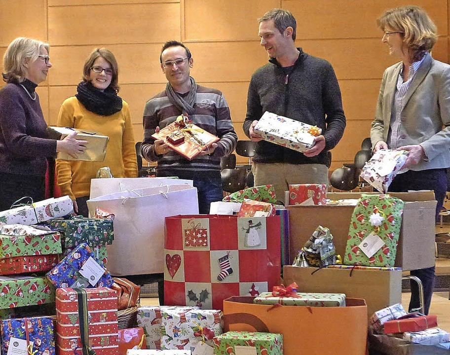Die Freiburger Soroptimistinnen Gabi H...ndschule, die  gespendeten Geschenke.     Foto: Privat