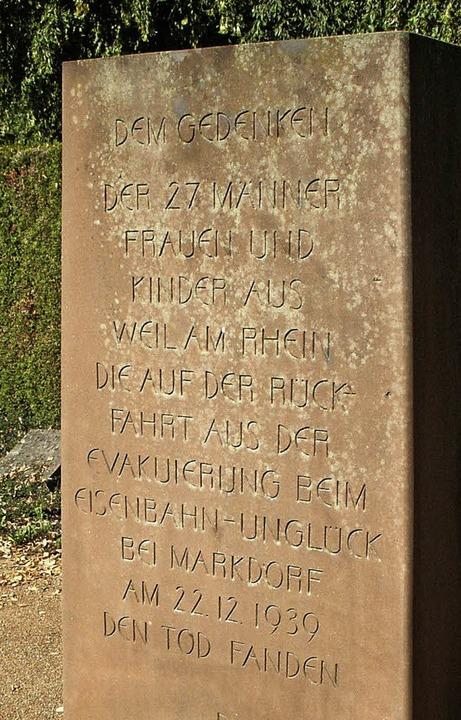 Ein Gedenkstein auf dem Hauptfriedhof ...rt an die 27 Opfer aus Weil am Rhein.   | Foto: Lauber