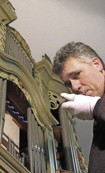 Orgelbauer Jens Steinhoff testet eine ...gel eingebaut werden, auf ihren Klang.  | Foto: Jutta Schütz